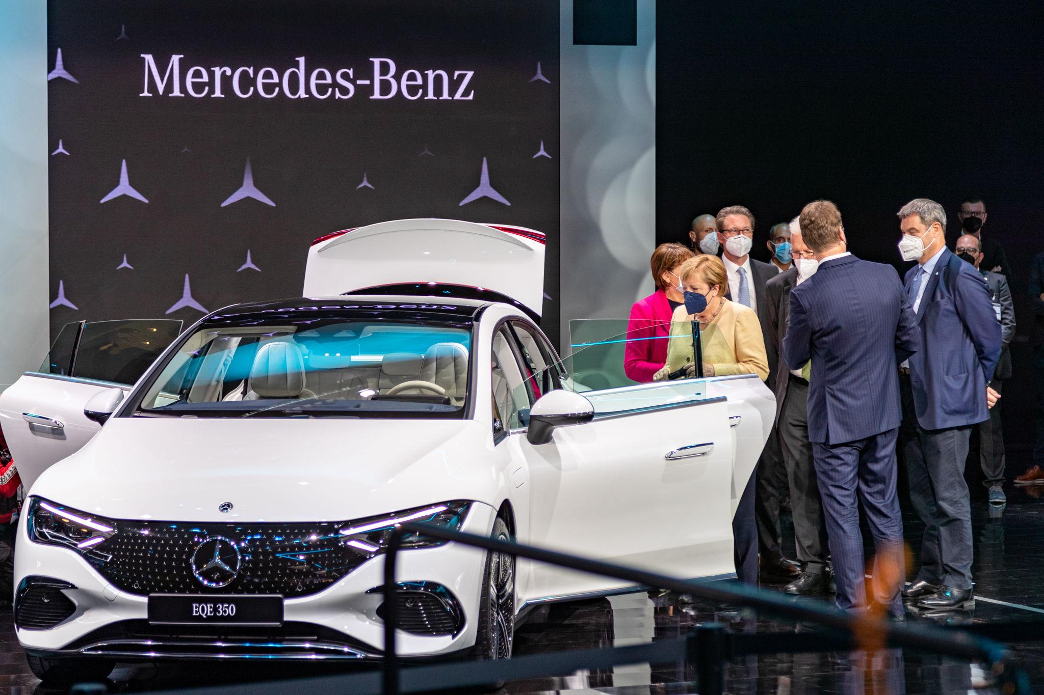 #MBIAA21: Kanzlerin Angela Merkel bei Messerundgang auch bei Mercedes